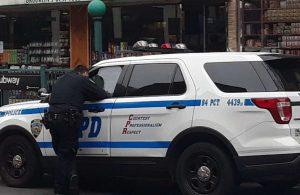 Un policía de Nueva York es acusado de asalto por atacar a arrestados