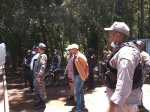 Invasores de terrenos reciben policías a tiros durante desalojo en Jarabacoa