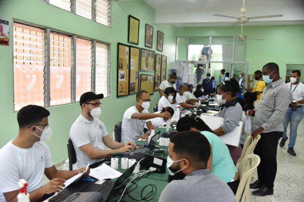 Minerd distribuye dispositivos tecnológicos a estudiantes en Cotuí