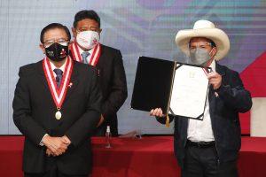 Pedro Castillo recibe las credenciales de presidente electo de Perú