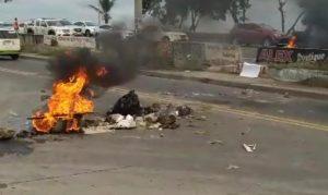 (VIDEO) En Los Frailes II SDE protestan en demanda de energía eléctrica y recogida de basura