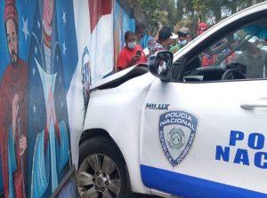 (VIDEO) PN choca mientras transportaba cadáver de hombre ultimó a varios en Higüey