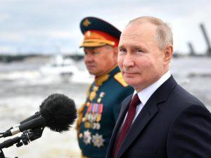 (VIDEO) Putin presume del poderío de Armada rusa en desfile naval en San Petersburgo
