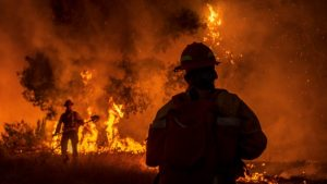 Más de 22,000 bomberos combaten 86 grandes incendios en EE.UU.
