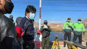 Evo Morales pasa a pie la frontera con Perú para ir a la posesión de Castillo