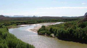 Hallan un migrante muerto al borde del río en la frontera entre México y EEUU