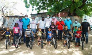 Fundación Raymond Rodríguez entrega ayudas en Pedernales y Barahona