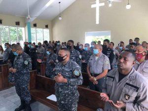 Policías asisten a misa; reverendo aprovecha para pedirles que tengan misericordia con ciudadanos