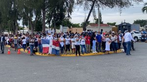 (VIDEO) Ciudadanos continúan en el cementerio a espera del féretro que lleva a Johnny Ventura