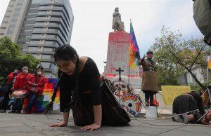 Manifestantes en Bolivia intentan tumbar un monumento de Cristóbal Colón