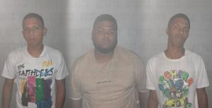 Apresan tres hombres por entrar a un resort con brazaletes falsificados