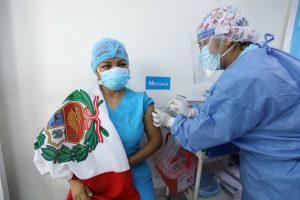 Instan a los peruanos a vacunarse ante una inminente tercera ola de covid-19