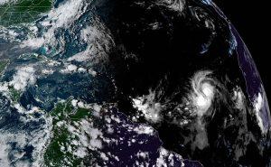 Huracán Larry se acerca a la isla de Terranova para dejar intensas lluvias
