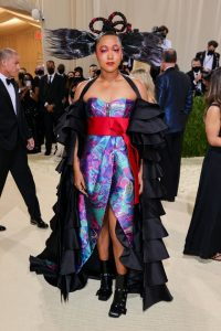 La tenista Naomi Osaka, una de las anfitrionas de la noche, llegó con lo que reflejó sus raíces haitianas y japonesas en su colorido conjunto de Louis Vuitton. (Fuente externa)