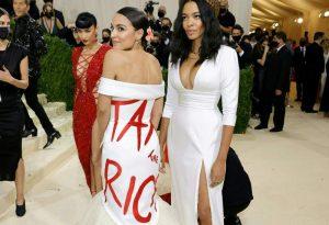 El descarado vestido de Ocasio-Cortez roba el protagonismo de la Met Gala