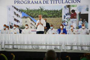 Abinader entrega 985 certificados títulos de propiedad en Nigua, San Cristóbal