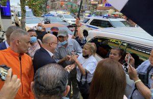Domínguez Brito se acerca a conversar con manifestantes en New York