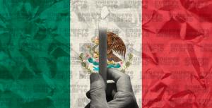 Migrantes encienden veladoras y rezan para pedir libre tránsito en México