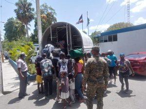 Policía apresa chófer de vehículo donde eran transportados 28 haitianos ilegales