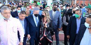 Expresidente Fernández es recibido en NY por decenas seguidores