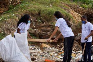 """Colaboradores de Liga Municipal recogen desechos en Playa Montesinos por """"Día de la Limpieza"""""""