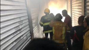 (VIDEO) Incendio en mercado fronterizo de Dajabón destruye varios puestos comerciales