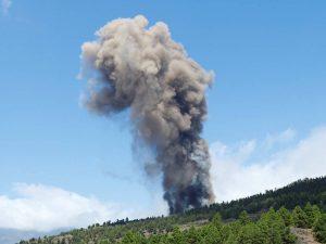 (VIDEO) Entra en erupción un volcán en la isla española de La Palma