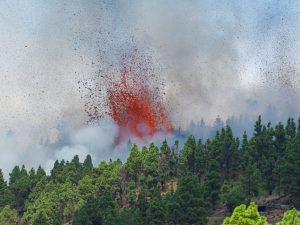Dos mil evacuados por la erupción de un volcán en isla española de La Palma