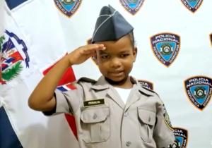 (VIDEO) Niña de cinco años con cáncer cumple su sueño de ser policía por un día