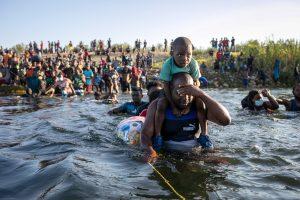 EE.UU. anuncia que ya no hay migrantes haitianos en el puente fronterizo
