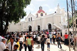Centenares de dominicanos acuden al Santo Cerro por Día de la Virgen de Las Mercedes