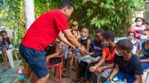 Fundación entrega útiles escolares en Las Terrenas