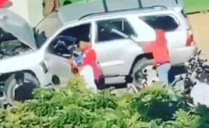 (VIDEO) Motoristas destruyen jeepeta tras conductor presuntamente atropellar a un compañero