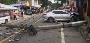 Un carro impacta contra un poste del tendido eléctrico en Puerto Plata