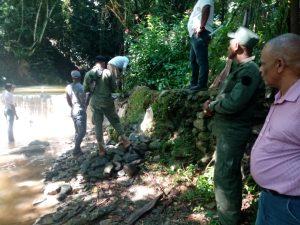 (VIDEO) SENPA destruye muro represaba río en Villa Altagracia; someterán responsables a justicia