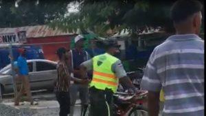 (VIDEO) Multitud arrebata motocicleta a agentes de la Digessett en Hato Mayor