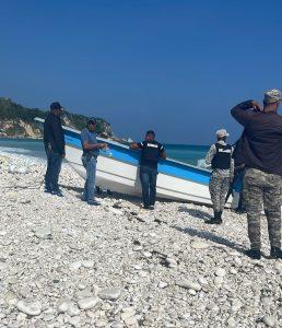 Autoridades investigan procedencia de lancha encallada en costas de Barahona