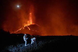 Terremoto de 4,9 en la isla española del volcán en erupción