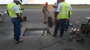 Bache en pista de aterrizaje del AILA causa retraso y desvío de vuelos este lunes