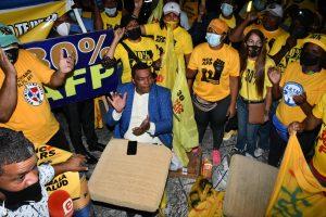 (VIDEO) Manifestantes que reclaman 30% de AFP dicen amanecerán frente al Congreso Nacional