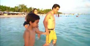 (VIDEO) Wellington Arnaud toma un baño con su familia en playa de Boca Chica