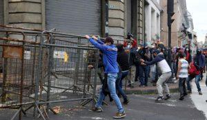 Marcha en Quito concluye en enfrentamiento entre manifestantes y Policía