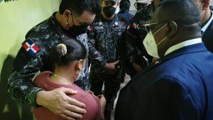 Director de la Policía visita madre de niña ultimada en Moca; garantiza autor será apresado