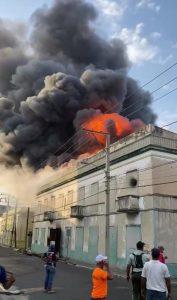 (VIDEO) Incendio afecta tienda de tejidos en La Vega; reportan bomberos resultan heridos